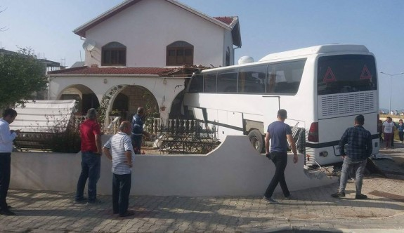 Otobüs eve girdi