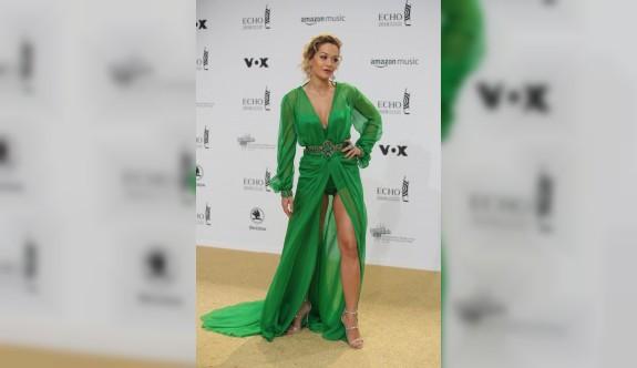 Rita Ora yeşil elbisesiyle büyüledi