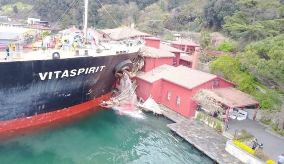 Yük gemisi tarihi yalıya çarptı