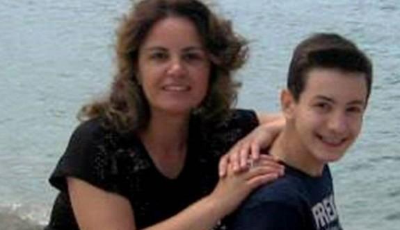 Anne ve babasını uykudayken öldürüp intihar etti