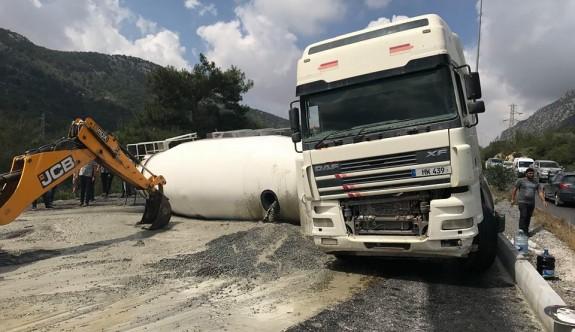 Girne-Lefkoşa Anayolunda beton mikseri devrildi