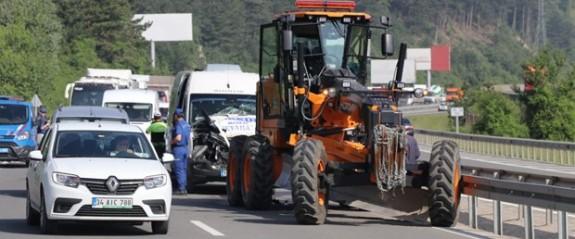 Minibüs, iş makinesine çarptı: 10 yaralı