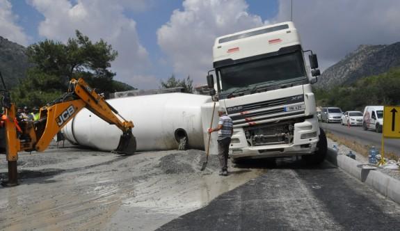 Tekerleği kopan beton mikseri yan yattı