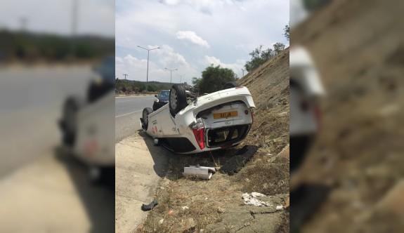 Arkadan çarptığı aracı bankete savurdu