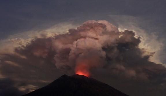 Bali'de yanardağ kül ve duman püskürtmeye başladı