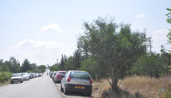 Ercan Havalimanı'nın yan yolları oto park alanı gibi