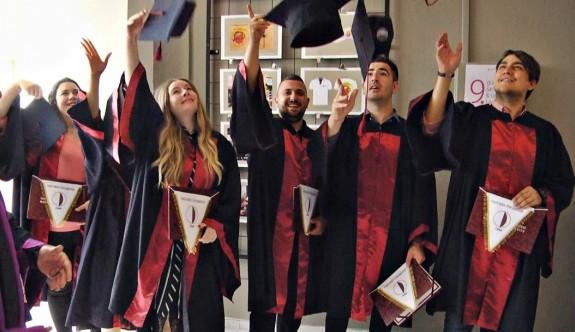 Genç sanatçıların diploma sevinci