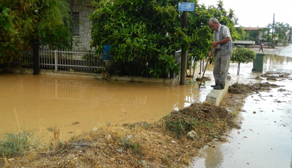 Yıldırım köyünü dolu ve şiddetli yağmur vurdu