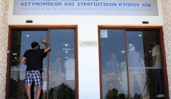 24 saatte 300 milyon Euro'luk mevduat bankadan kaçtı