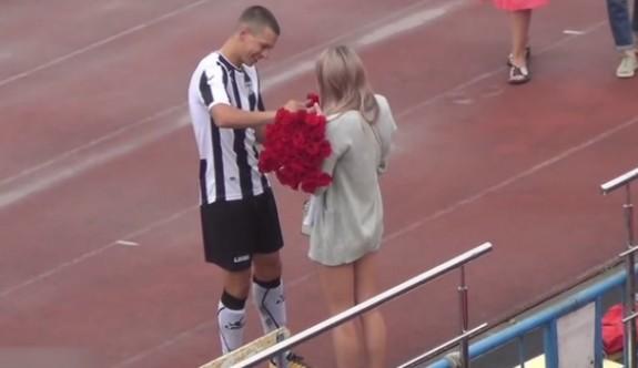 Gol atıp, evlilik teklifi yaptı