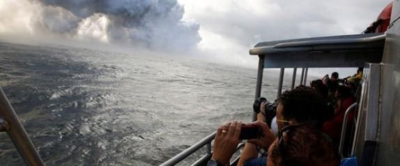Hawaii'de yanardağdan çıkan lavlar tur teknesine sıçradı