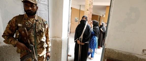 Pakistan'da kanlı seçim: 25 ölü