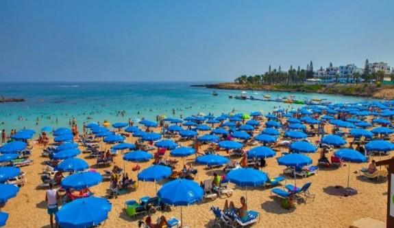 Paralimni Belediyesi'nden üç sahilde bedava şezlong ve şemsiye