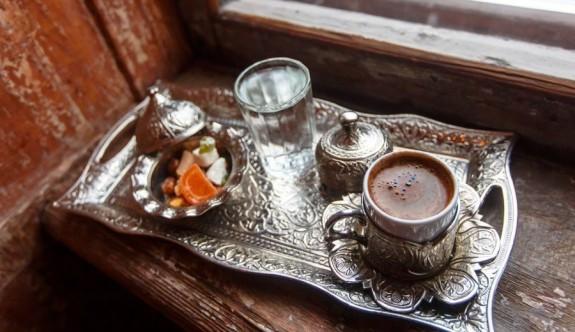 Türk kahvesinin yanında neden su ikram edilir?