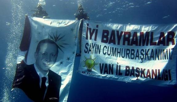 Denizde dalarak Erdoğan'ın bayramını kutladı