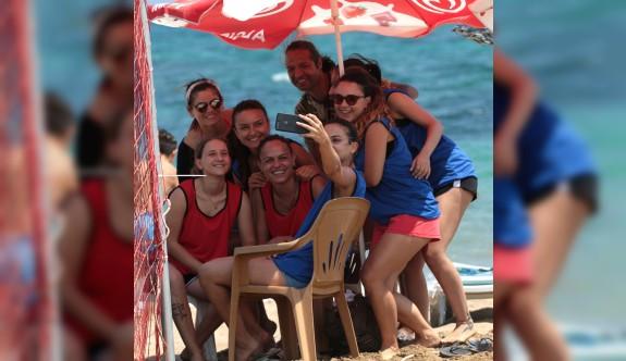 Hentbolcular bayramı, plajda kutladı