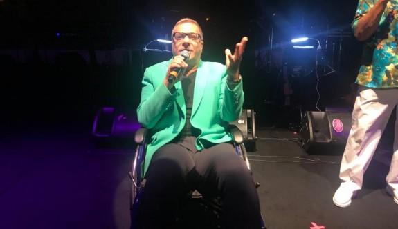 Mehmetali Erbil tekerlekli sandalyeyle sahnede
