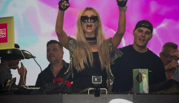 Paris Hilton, verdiği partide Ada'yı salladı