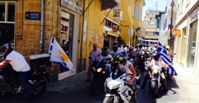 Rum motosikletlilerden sınır kapama eylemi