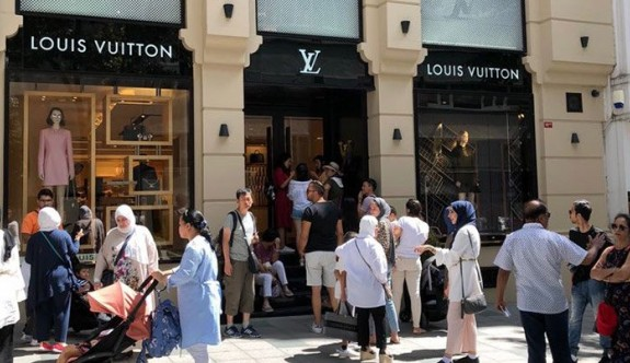 Turistler lüks mağazalara koştu