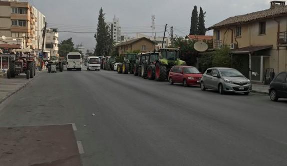 Traktörler polis girişimiyle yoldan kaldırıldı
