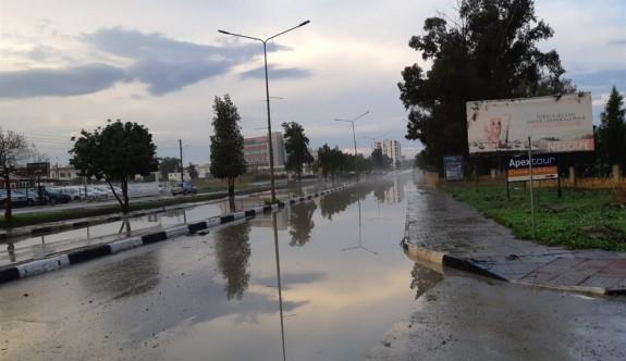 Aşırı yağmur nedeniyle bazı yollar su altında kaldı