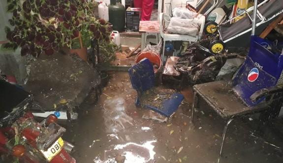 Lefkoşa'da bazı işyerlerini ve evleri su bastı