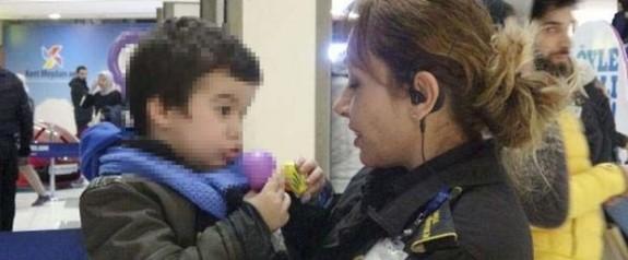 3 yaşındaki oğlunu AVM'de cebine not bırakıp terk etti
