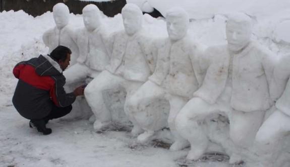 Adıyaman'da kardan folklor ekibi