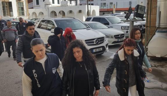 Anne ve kızı polisleri dövdü