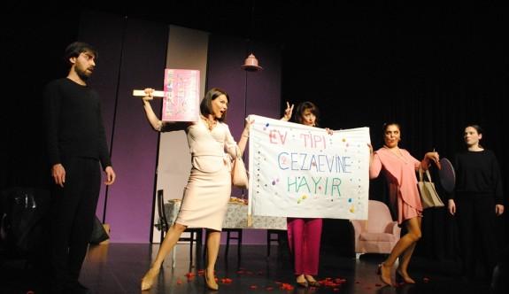 """Mask-Kara Tiyatrosu'nun """"Ev Yapımı ?"""" isimli oyunu Girne'de sahnelendi"""