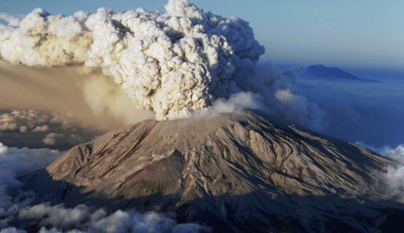 Yanardağ patladı, 500 kişi mahsur kaldı