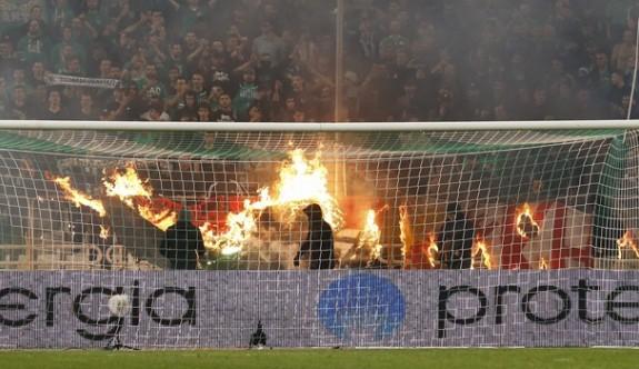 Panathinaikos-Olympiakos derbisi yarıda kaldı