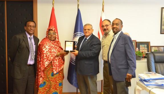 Somalili Bakan çocukları için DAÜ'yü tercih etti