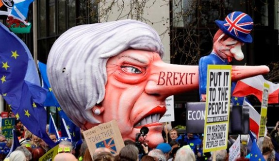 Yüzbinlerce kişi, Londra'da yeniden Brexit referandumu için yürüdü