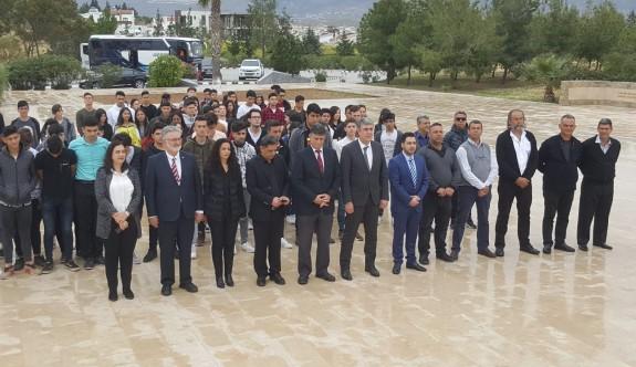 Kıbrıs Vakıflar İdaresi Dr. Küçük'ün kabrine çelenk koydu