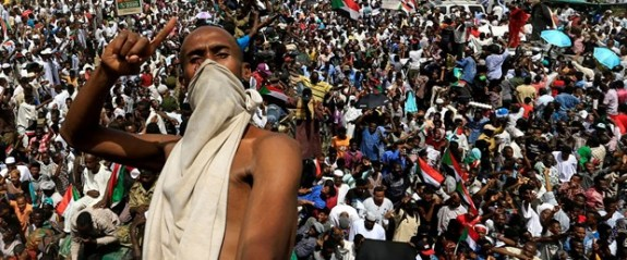 Sudanlılar darbe liderinin görevi bırakmasını kutluyor