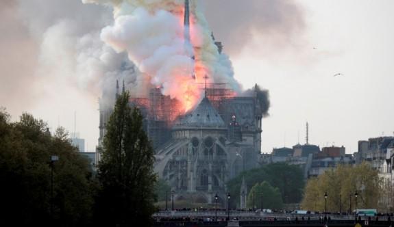 Tarihi Notre Dame Katedrali çayır çayır yanıyor