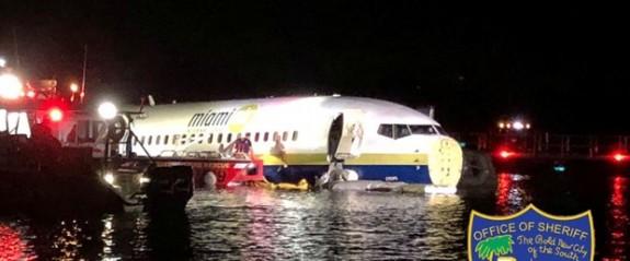 ABD'de uçak pistten çıkarak nehre girdi