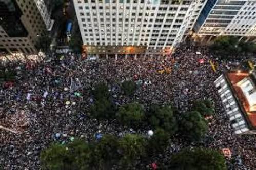 Brezilya'da öğrenciler sokakta