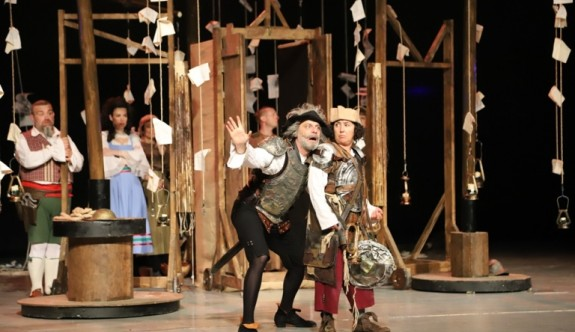 """""""Don Kişot'um Ben"""" Gazimağusa'da tiyatro severlerle buluştu"""