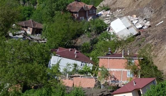 Heyelan bir mahalleyi yok etti: 15 ev yıkıldı