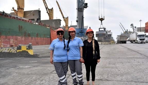 Uluslararası limanın kadın vinç operatörleri