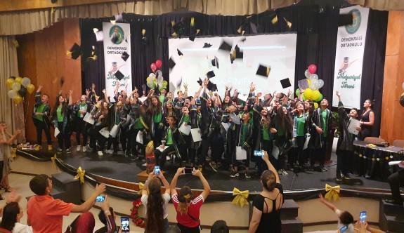 Demokrasi Ortaokulu'nda mezuniyet coşkusu