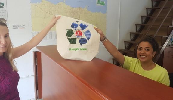 Girne'de vatandaşlara bez çanta dağıtımı