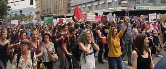 On binlerce kadın eşit ücret talebiyle sokakta
