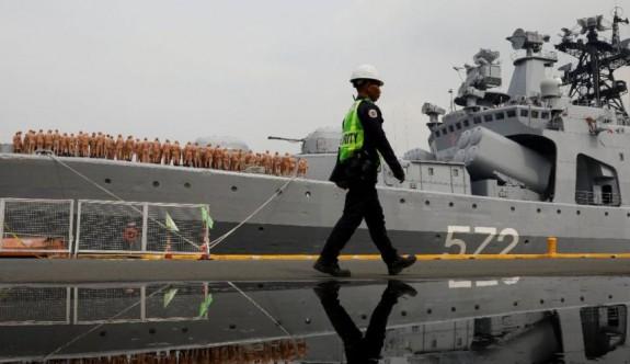 Rus ve ABD savaş gemilerinden restleşme