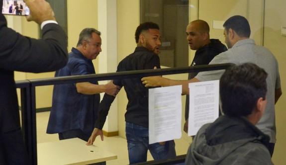 Tecavüzle suçlanan Neymar polis merkezinde