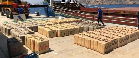 Uluslararası sularda 12 ton toz esrar yakaladı