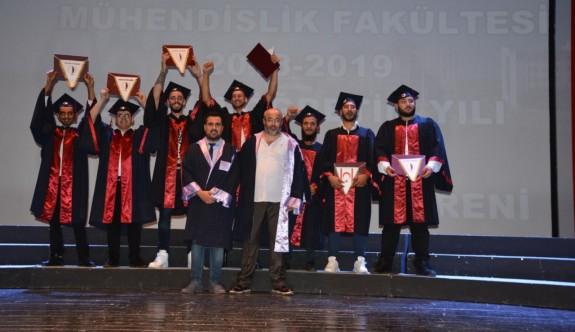 Genç mühendislerin diploma coşkusu